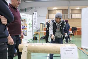 Hur många hammarslag krävs för att få i spiken? Chutipong Ya antar utmaningen och Robert Hansson från bygg- och anläggningsprogrammet håller koll.