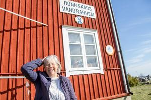Margareta Berglund är värdinna på kommunens vandrarhem på Rönnskär. Hon har haft besökare från Sydamerika, Australien och från de flesta europeiska länderna. Hon kan öns historia väl och har många berättelser på lager till besökarna, som den gången då de kunde cykla på isen från Stugsund ut till Rönnskär, eller om den julaftonen då de med båten hämtade julgran på Lilljungfrun.