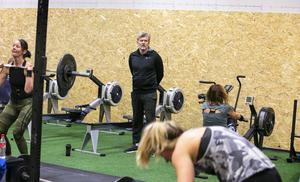 Mats Svalänge leder träningen i den nya gymlokalen.