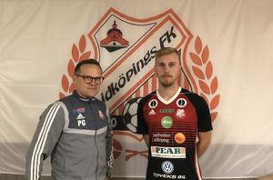 LFK-tränaren Patrik Gustavsson med klubbens senaste nyförvärv, Gustav Löfving Svensson Foto: Lidköpings FK.