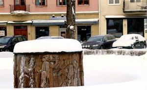 Inger Modin-Hülphers fontän i Flugparken är för närvarande både täckt med lock och ett snötäcke.