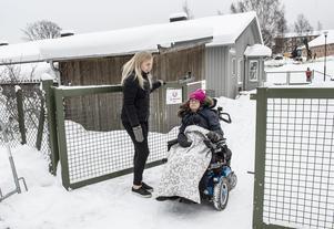 Ida Sångberg och Rebecca Raje på väg ut från Kubens förskola.