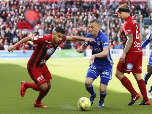 Inför matchen skiljer det bara två poäng mellan lagen. Foto: Thérese Ny. TT.