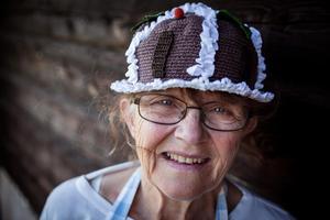 Margareta Appell och några andra i Sjurbergs by arrangerar kak-kalaset.