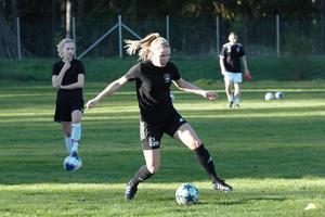 Yttern Elin Sandström, 18, har svårt att tänka sig spela fotboll i nån annan klubb än Västanfors.