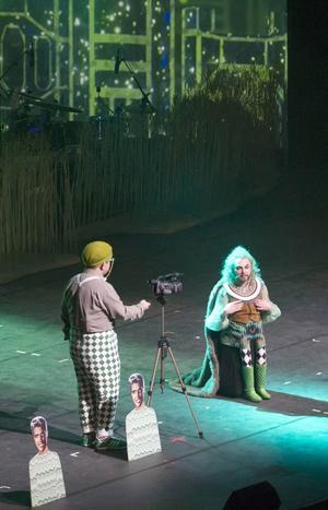 Trollkarlen själv berättar för publiken om sitt rike.