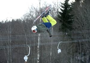 Wiktor Ädel från Sundsvall gör en backflip och landar mjukt hoppkudden på Big air bag.
