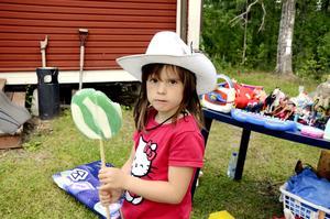 Leksaker. Nicole Geber njöt av en jätteklubba medan hon väntade på kunder till familjens bord med leksaker.