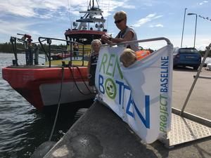 Många nyfikna lokalinvånare kom förbi hamnen för att hälsa på dykarna under lördagen. Bild: Eriq Agelii