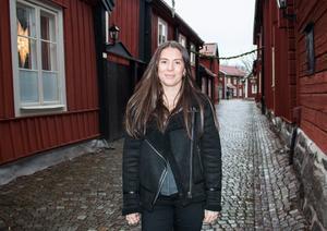 När Ebba skulle börja i högstadiet flyttade hon med familjen från Gävle till Västerås.