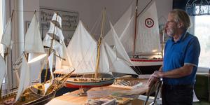"""Leif Öbrink har bott ombord på en båt i 20 år, men äger ingen (fullstor) båt i dag. """"Jag är nöjd med det. Jag bestämde mig för att nu får det vara slut, nu får det vara bra."""" Istället ägnar han sig åt att bygga modeller av båtar."""