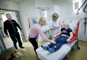 Antalet gånger som Viggo besökt USÖ är oräkneliga. Här under ett besök på Neurofysiologiska avdelningen, där Bodil Evertsson som är biomedicinsk analytiker förbereder för att ta ett EEG på Viggo. Vid sin sida har han mamma Linda och pappa Mats. Som alltid.