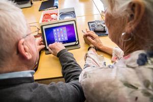 Medborgarna måste räkna med att samhället hjälper till med utbildning i digital kompetens, anser debattörerna.