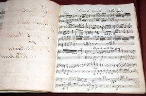 Hundra år gammal handskrift är både text (eller noter) och bildkonst. Så här vacker kan en handskriven kopia av Beethovens Pathetique-sonat för piano vara.