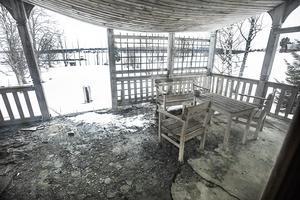 Tyvärr måste verandan rivas och restaureras. Taket tillika golvet på den övre altanen har gjort sitt.