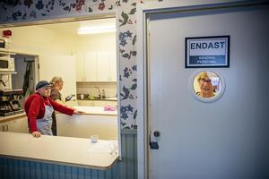 Margit Olofsson, Åsa Karlsson och till höger vid dörren Svea Östman är de som jobbar i serveringen i kväll.