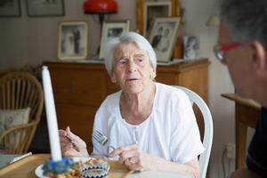 Ulla, 85 år, har levt hela sitt liv i Södertälje. Hon är fysisk pigg och väldigt rörlig, men demensen gör henne orolig.