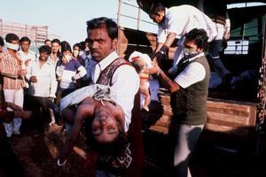 Tusentals människor skadades och dog i, eller i efterdyningarna, av, industriolyckan i Bhopal för 35 år sedan.