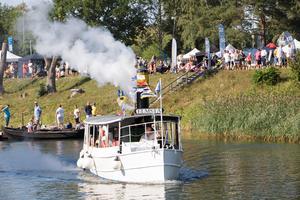 Den 10 meter långa och 5,5 ton tunga ångslupen Elmsta skeppade folk fram och tillbaka längs kanalen.