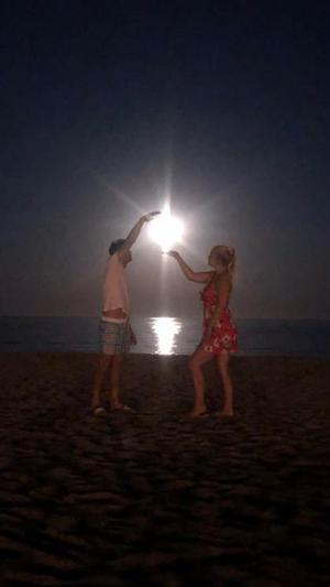 Catch the moon! En sen underbar augusti kväll i Spanien. Foto: Maria Langgren Ekroth