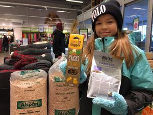 Ella Ernst har delad vårdnad om hamstrarna Minja och Vilo. Nu har hon fyllt på matförrådet.