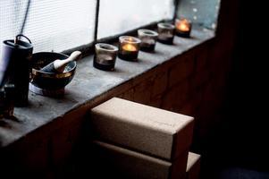 Ljudet som kommer från en Tibetanska skål ska hjälpa till att slappna av och komma in i nuet. Den används i början och avslut av en meditationsstund. Yogiraj, är yogablocken som ska ge extra stöd vid olika yogapositioner.