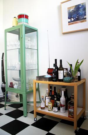 Ett av få Ikea-föremål i lägenheten är vitrinskåpet Fabrikör.