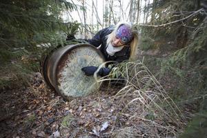 På en av sina skogspromenader  i Järvsta hittade Malin Klingberg en rostig gammal tunna. Tunnans båda ändar har texten