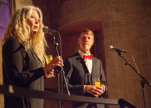 Ann-Helen Persson representerade Guldtjädergalans huvudarrangör som är föreningen Matvärden. I bakgrunden syns Magnus Lundquist från medarrangören Gefle Dagblad.
