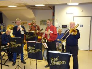 Jazzbandet Real Stompers med Anders Bergquist piano, Bosse Lundquist trumpet, Ivar Eriksson banjo, Anders Grimell klarinett, Kenneth Nordwall trummor och Åke Collin trombon. Foto: Kjell Larsson