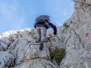 Ibland förvandlas vandringen till klättring. Här i Puig Tomir som är Mallorcas tredje högsta topp.  Bild: Kerstin Krafft