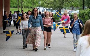 Vid tiotiden på torsdagen så marscherade Björkbackaskolans äldre elever från skolan ner till Medborgarhuset och den stundande avslutningsceremonin.