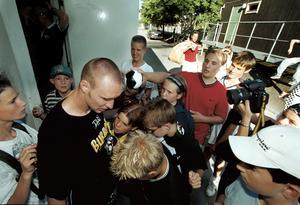 Niklas Skoog skriver autografer efter sista matchen i ÖSK i juli 2001.