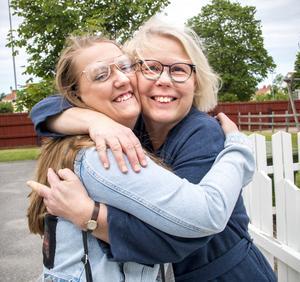 Malin Dansk får en stor kram av familjebehandlaren Lena Malmström när de återses på Grinden 13 år senare.