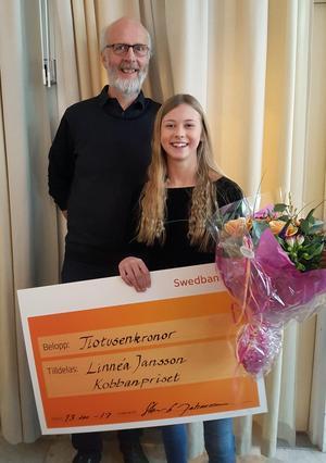 Linnéa Jansson från Burens är årets mottagare av Kobbanpriset. Utdelare var Sten G Johansson.Foto: Claes Pettersson/Ludvika kommun