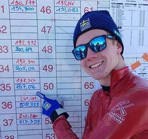 Jonatan Brunnberg vid resultattavlan som visar hans hastighet 207, 016.