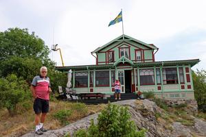 Gustav Giertz utanför  Göranssonska villan som han tillsammans med border Eric tog över efter deras mor.