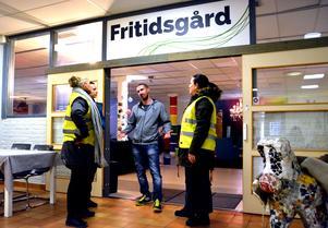 Fritidsledaren Tobias Pernu berättar om Centrumvillans verksamhet för föräldrarna Jennie Sahlin, Kerstin Meurling och Jessica Engstrand.
