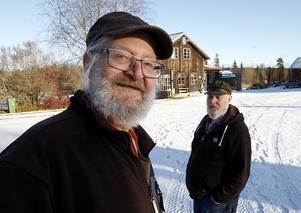 Två övervintrade grönavågare. Närmast kameran, Laban Andersson och hans kompis Jan Strand bor i världens minsta kollektiv i Munkflohögen.