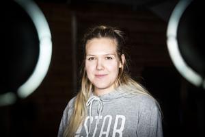 Denice Linde driver en grafikerfirma och jobbar på hemtjänsten i Stugun.
