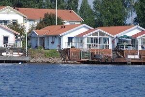 Enplanshus i genomgående bra skick med direkt anslutning till sjön Runn. Stor härlig inglasad altan med ryggåstak samt stort trädäck/brygga. Foto: Svensk Fastighetsförmedling, Falun.