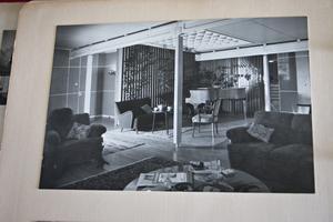 Så här såg det ut när det begav sig. Bilden finns i ett fotoalbum som Elof Nilsson fick i 50-årsgåva av Ralph Erskine. De samarbetade i många år och förutom privatbostaden fick Erskine även bygga fabriker och mängder av arbetarbostäder åt Kopparfors i Gästrike Hammarby.