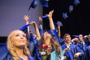 De fyrkantiga hattarna med tofs kastades i luften med vänster hand när Graduation Ceremony var klar.