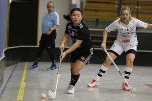 Sala Silverstadens Britta Andersson letar passningsalternativ bakom Hagfors mål.