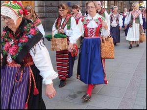 Rosa Flank, i mitten av bilden, berättar att sockenkläderna väckte stor uppmärksamhet i Stockholm. FOTO: Kulltåget