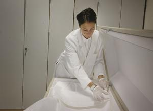 Anna gör i ordning kistan innan de klär på den avlidne med sina egna kläder eller en svepskjorta.