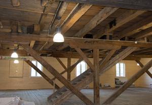 Stora salen på entréplanet. Bjälkar och trägolv finns kvar från äldre tid.
