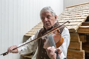 Alf Jönsson, riksspeleman, spelade många fina låtar med anknytning till bygden när Jöns Ljungberg-utställningen invigdes på Fjällmuseet i Funäsdalen den 11 juli.