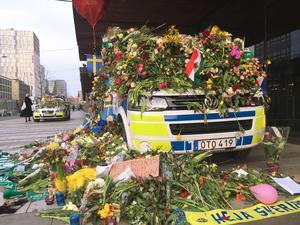 Polisbilar övertäckta med blommor. Ett av många inslag som visade på allmänhetens fantastiska respons efter terrordådet. Foto: Gustav Sjöholm  / TT /