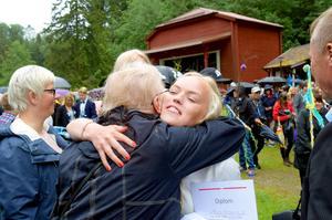 Maja Almqvist fick en stor kram av  mormor Kerstin Hägg för att hon nu klarat av hela grundskolan.